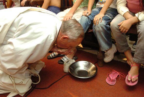 El papa Francisco besando los pies a un enfermo en el Hospital de Niños....