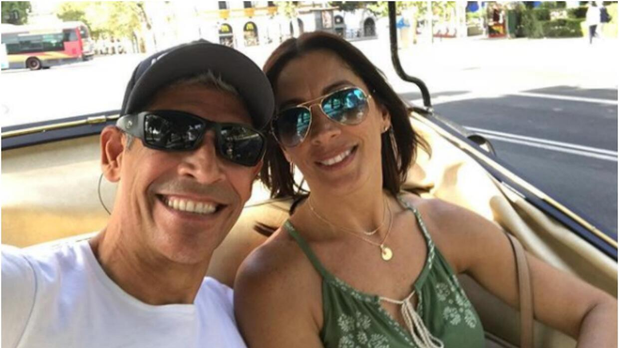 Johnny Lozada y su esposa