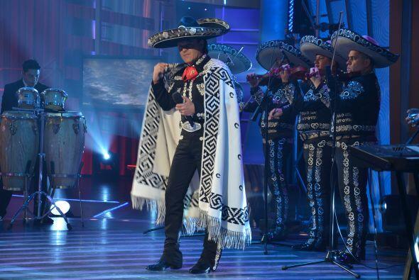Y aunque estaba muy tapadito, el cantante cautivó con sus bailes.