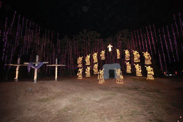Otro cuadro completa la historia de Jesús, con la cruz y la recreación d...