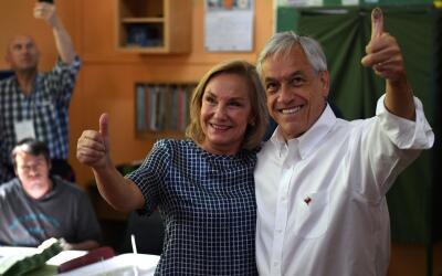 Sebastián Piñera y su esposa Cecilia Morel acuden a emitir...
