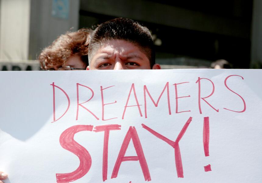 Marchas, lágrimas y desafío: así reaccionaron los dreamers en Los Ángele...