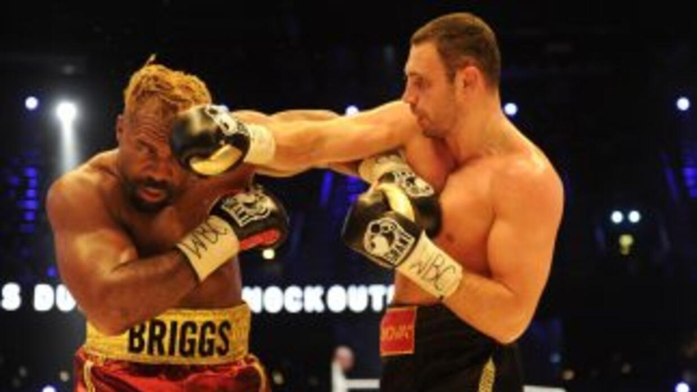 Vitali klitschko golpea a Shannon Briggs a quien dominó a placer.