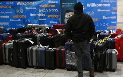 Miles de maletas continúan extraviadas en el aeropuerto John F. K...