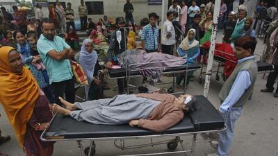 Pacientes de un hospital son trasladados al exterior del edificio luego...
