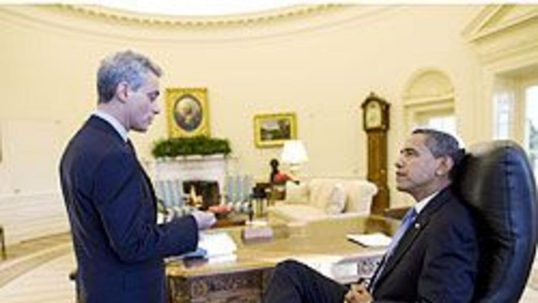 Obama habla con Rham Emanuel, jefe de personal de la Casa Blanca, en la...