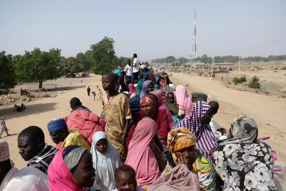 Nigeria: Desplazados viajan en un camión en el área de Muna Garage, al n...