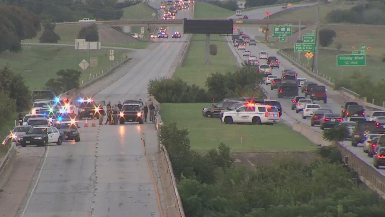 Intenso caos en una autopista de Fort Worth después de que un hombre se...