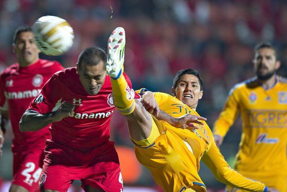 El silbante César Arturo Ramos señaló como juego peligroso una patada de...