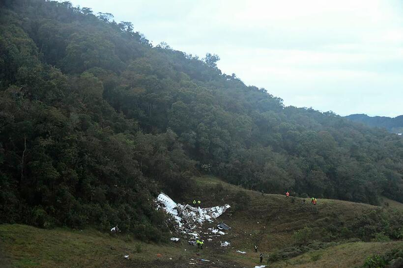Al menos 76 muertos al estrellarse un avión en Colombia en el que viajab...