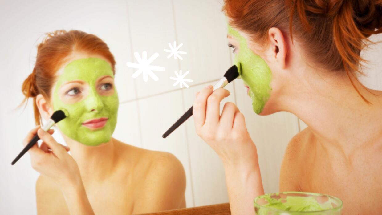 Mujer poniéndose mascarilla