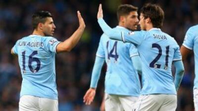 Silva felicita al 'Kun' luego del gol del argentino. El español saldría...