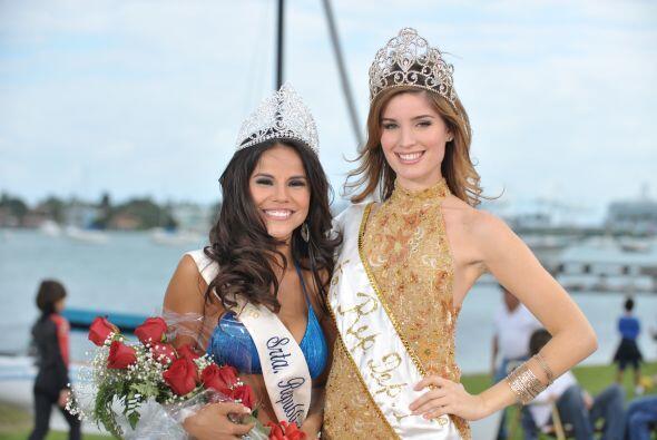Las ganadora del 2010 entregó su corona a Cinthia.