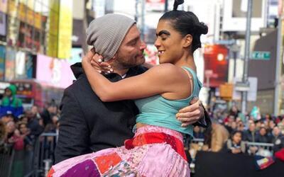 Julián Gil y Mela la Melaza en Time Square, Nueva York.