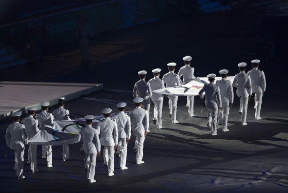Después del desfile, la bandera olímpica fue izada.
