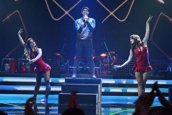 José estuvo acompañado de las bailarinas de Va Por Ti.