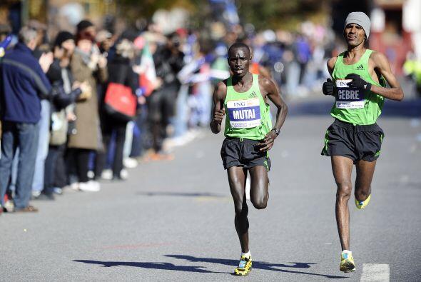 En el cierre de la rama masculina, el etíope Gebre Gebremariam (D) apres...