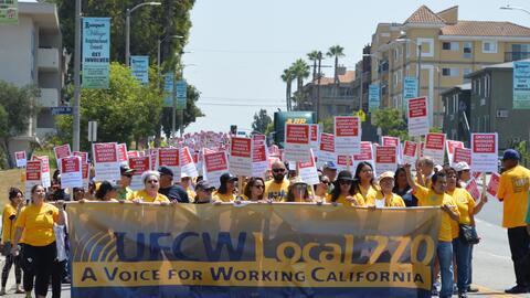 Marcha de empleados de supermercados en Los Ángeles.