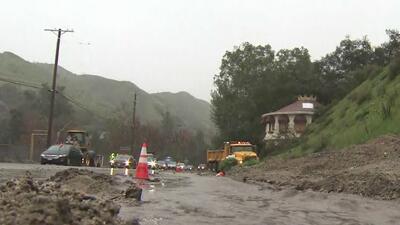 Las torrenciales lluvias dejan inundaciones y deslaves en el sur de California