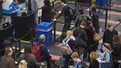 Más de 1,400 vuelos son cancelados en EEUU ante las tormentas que asolan...