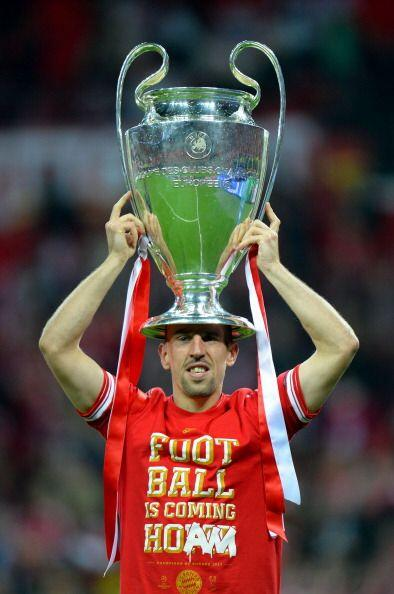 Ribery celebro con trofeo y corona.