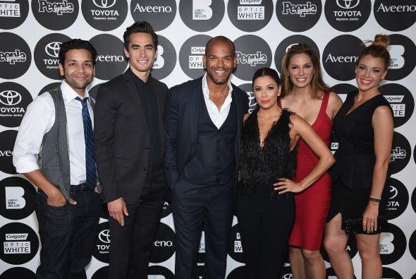 Eva Longoria, Amaury Nolasco y el elenco de su nuevo programa.