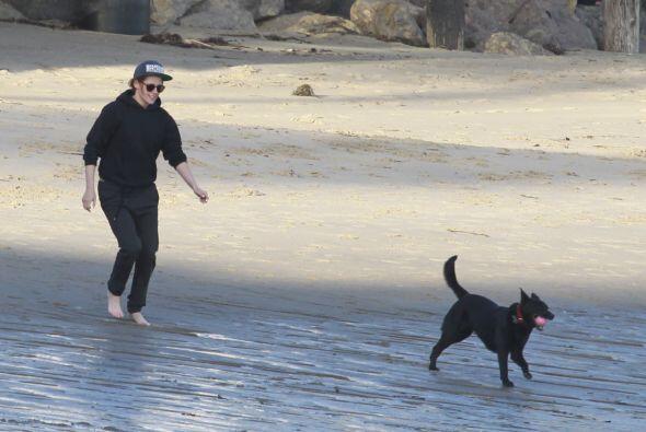 La actriz se la pasó jugando con su perrito.