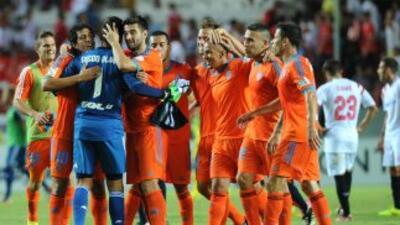 Valencia celebra el punto rescatado en Sevilla.