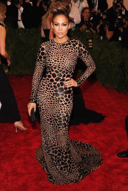 Un vestido cubierto con un estampado felino le costó que muchos 'fashion...