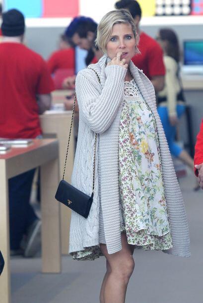 La actriz española deja ver su avanzado embarazo mientras sale de...