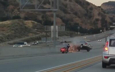 En video quedó captado cómo un motociclista patea un auto en movimiento...