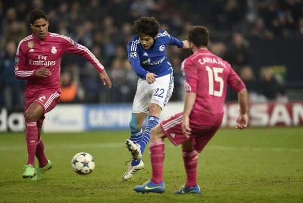 Cerca del final Schalke pudo empatar el partido con un buen disparo de m...