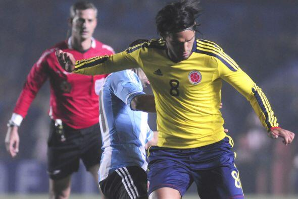 Abel Aguilar le dio una fuerte patada a Tevez al principio del partido y...