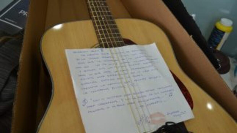 La nueva guitarra de Alex
