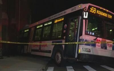 Un bus de la MTA rodó en reversa, arrolló a un peatón, chocó 10 autos y...