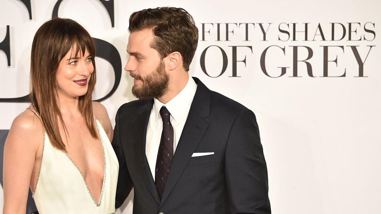 Dakota Johnson y Jamie Dornan (R) posan durante el estreno de 'Fifty Sha...