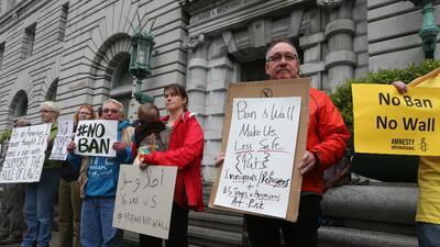 Decenas protestan afuera de la corte en SF donde se discute el veto a ciudadanos de países con mayoría musulmana