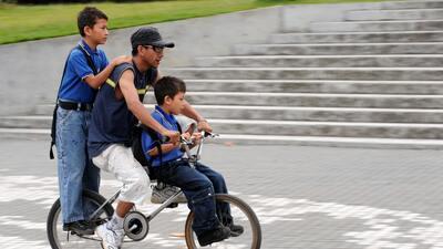 Un padre con sus hijos en Medellín, Colombia.