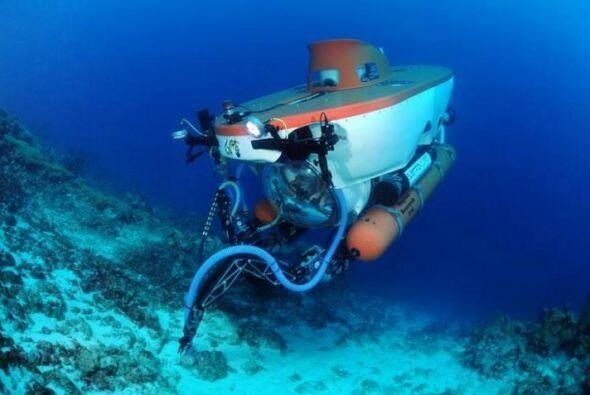 Este submarino puede bajar a profundidades de entre 200 y 1,000 pies. Y...