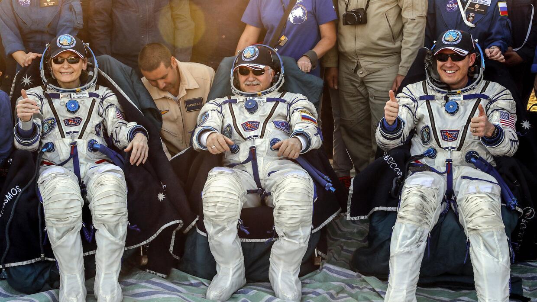 Los tres astronautas que llegaron en la cápsula Soyuz: Peggy Annette Whi...