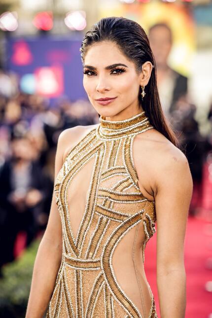 Alejandra Espinoza presumió su figura con un apretado vestido dorado, qu...