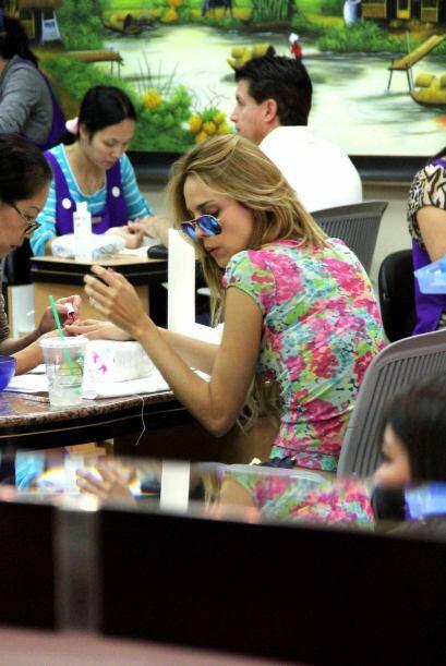 Eiza González también se deja consentir en los salones de belleza y hast...