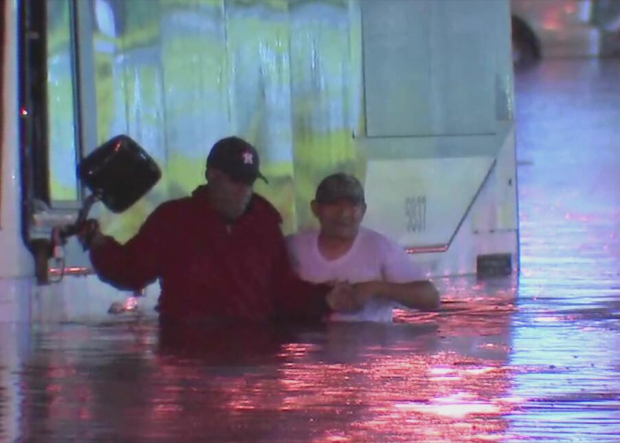 Buen samaritano hispano ayuda a varios pasajeros de un autobús de Metro....