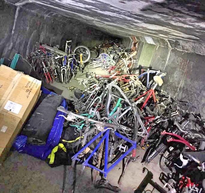 Las autoridades dicen que son más de 1,000 bicicletas las que había apil...