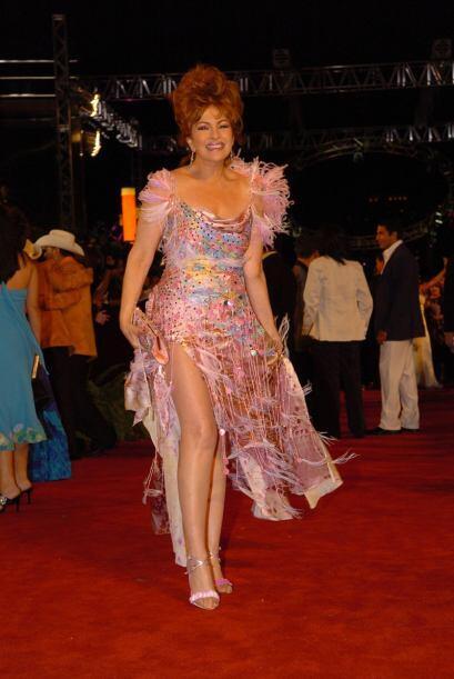 8. Lupita Ferrer lució un terrible vestido de plumas de Mitzy. ¿Qué le h...