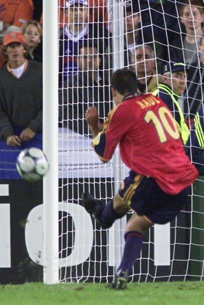 El eterno goleador español Raúl falló un penalti en...