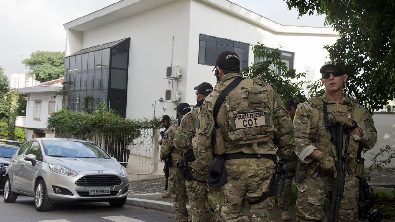 Policía federal en la sede del Instituto Lula, en Sao Paulo