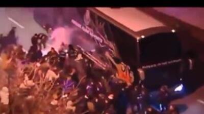 Hinchas del Oporto detienen el autobús del equipo en plena vía.