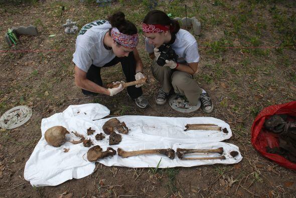 Con ese fin, han exhumado los restos de 50 personas que se cree son inmi...