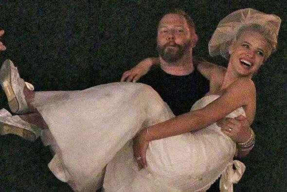 La modelo y el productor se juraron amor eterno en una boda muy romántica.
